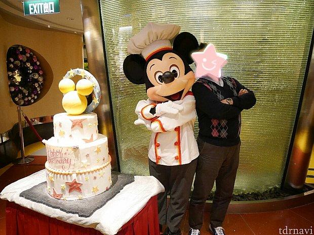 シェフミッキーでケーキを頼んだときはケーキだけ席に届きます。ミッキーとは入り口でフェイクの誕生日ケーキと撮影!