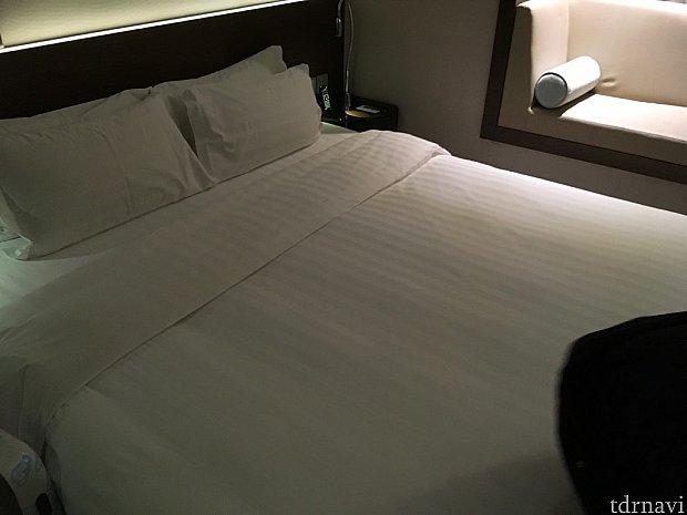 今回はダブルベッド1台のお部屋。手前にスーツケースを広げられるスペースがありますよ