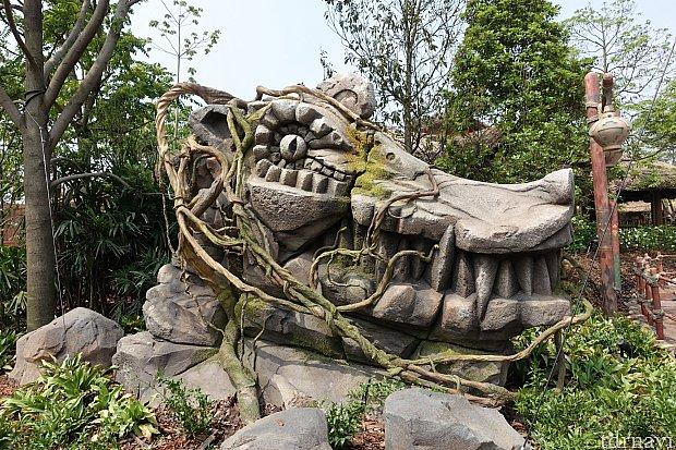 ロアリング・マウンテンに生息していると言われる未知の爬虫類生物の石像。もしかすると水路の途中で遭遇しちゃうかも!?