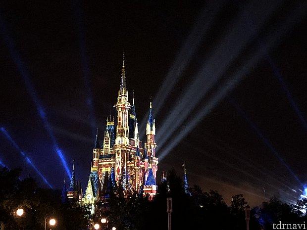 ショーの最後もマッピングとライトアップでキレイなお城を観ることができます。