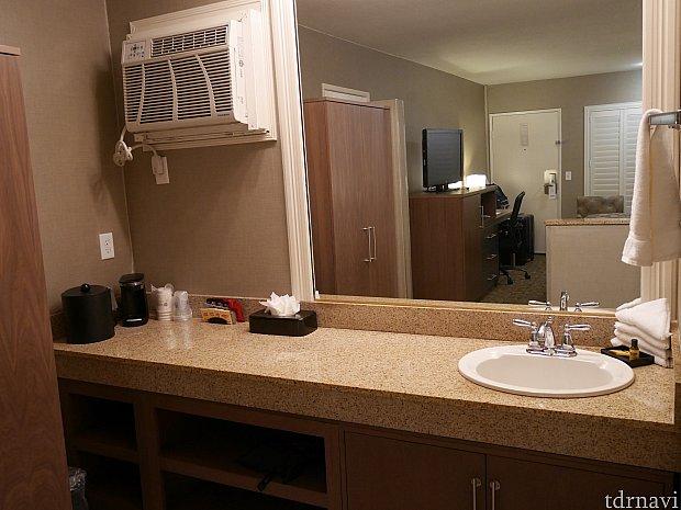 洗面所。 左上に見えるのは空調です。操作しにくい場所にある上に、やたらうるさい音がしました😅改装しても空調は古い器具を使っているのかも😣