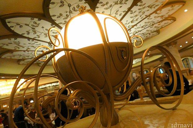 シンデレラのかぼちゃの馬車モチーフの灯りは本当に美しいです♪