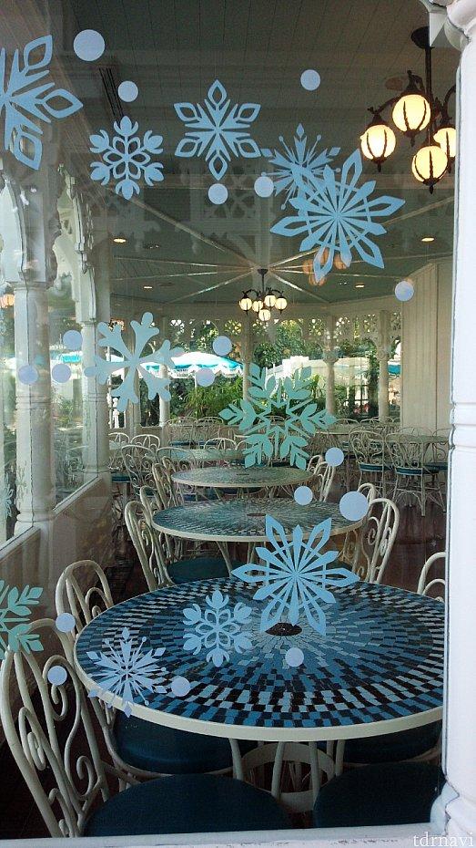 窓に雪の結晶がいっぱい