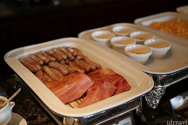 朝食ブッフェの定番のソーセージとベーコンですね!大人も子供も大好きなんじゃないでしょうか?
