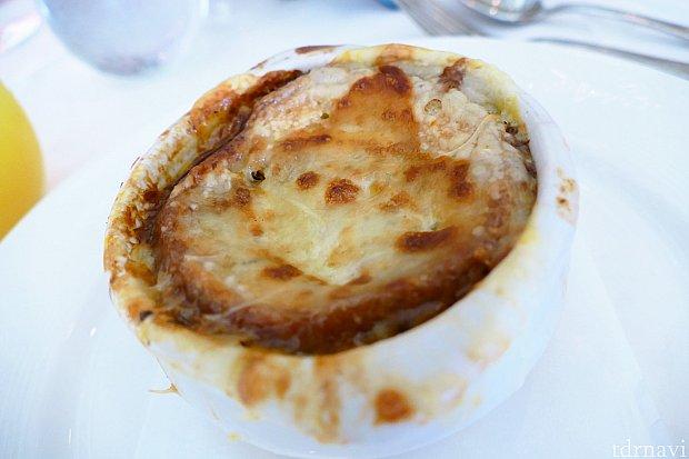 フレンチオニオンスープ とっても濃厚で美味しいです!パンをつけても美味しい♪