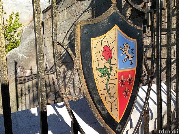 薔薇と、ディズニー家のエンブレム。