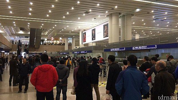 第1ターミナルの到着ロビーは一階にあります。ちなみに第2ターミナルは二階です。