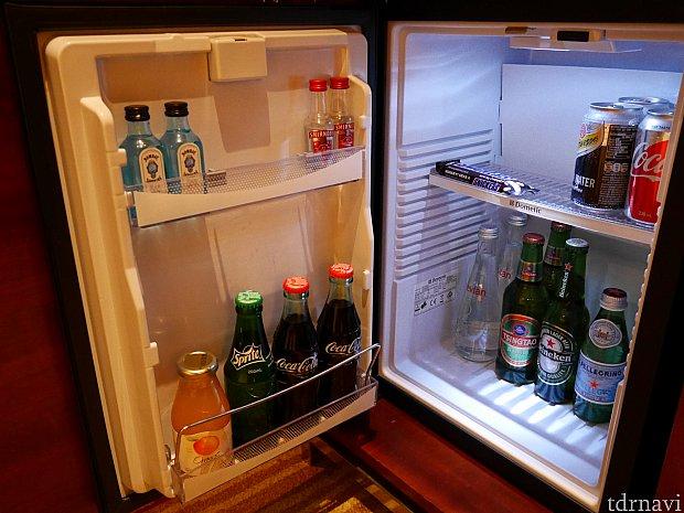 ミニバーは有料。中身出さないと冷蔵庫は使えないですね… 無料のお水は洗面所に2本、ネスプレッソ横に1本ありました。