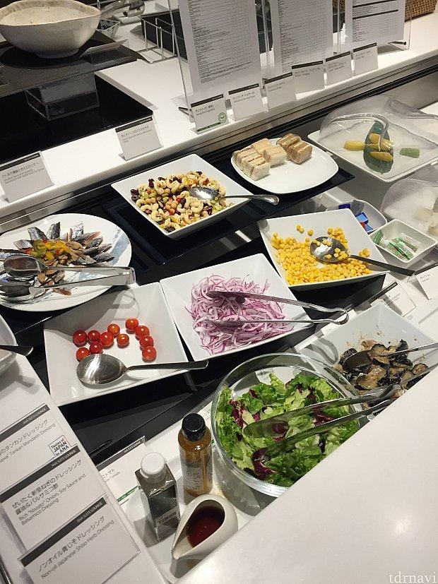ラウンジではこの他にカレーや巻き寿司、ヌードルなども。朝食の時間帯だったので、軽めのラインナップ。