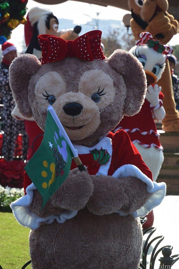 メイちゃん、旗を持っていて可愛いです❤️旗にもミッキーが❤️