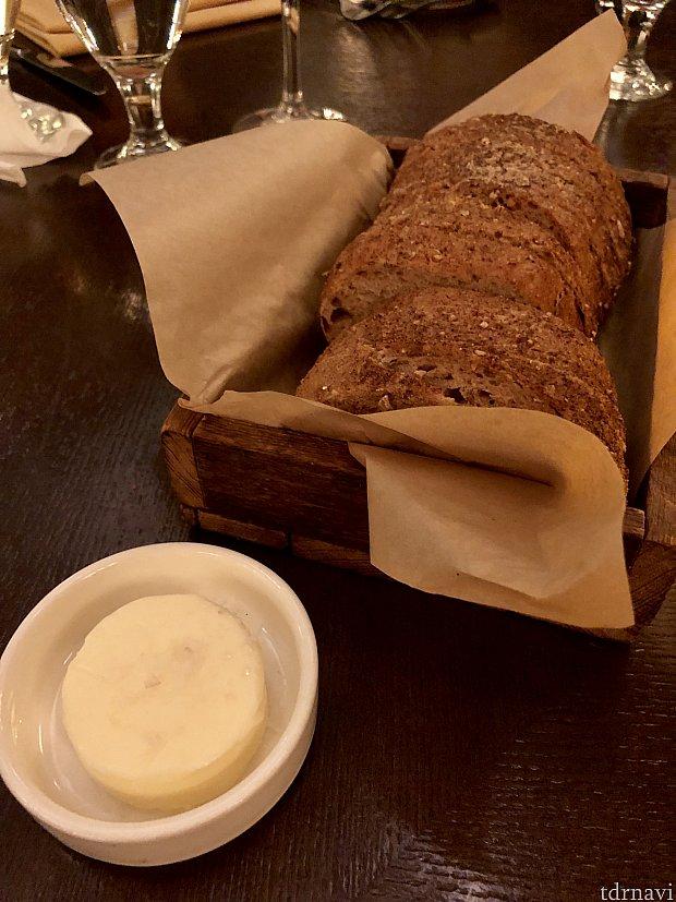 サワードウブレッドは無料サービス。ほんのり酸っぱいパンには、特別な塩が付いたバターがとても合います。