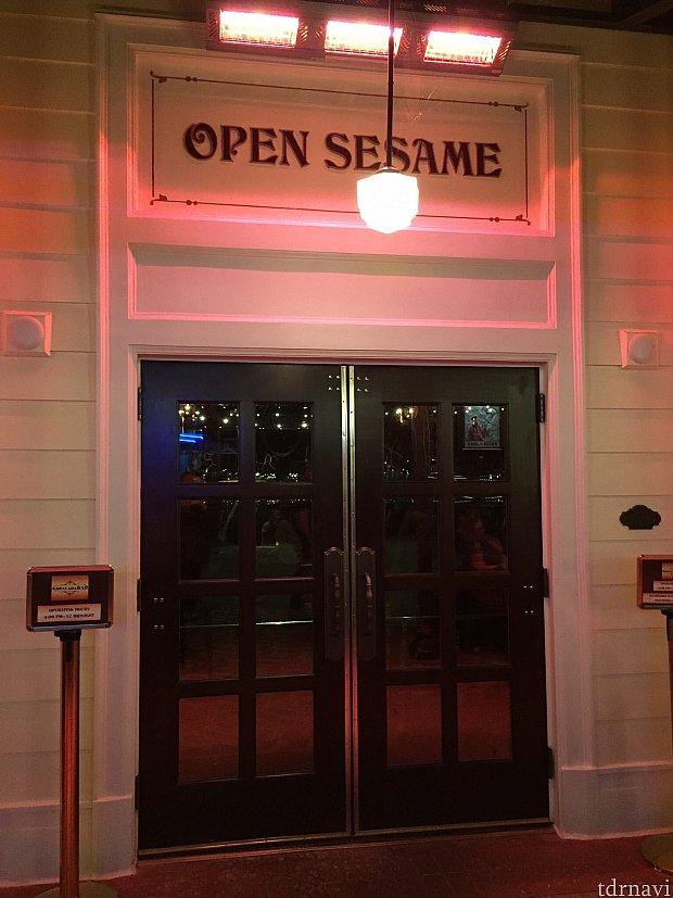 入口には、扉を開くお馴染みの合言葉、Open Sesame = 開けゴマ、と書いてあります。しかしこの言葉を言っても扉は開きませんので、ご自分で開けてお入りください。(笑)