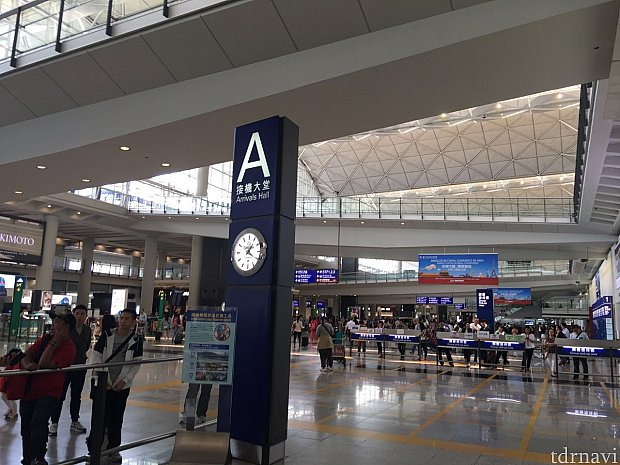 空港の到着ロビーにでます。