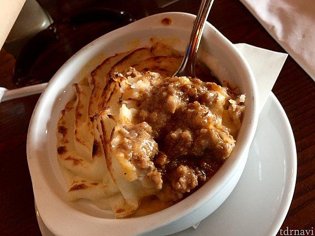 ラムのひき肉、野菜、チーズの煮込み料理にマッシュポテトが被せられ、オーブンで焼いてあります。ビーフシチューに似ている味でしょうか。これもとても美味しくて、オススメです。大きくは見えないんですが、満腹になりました。
