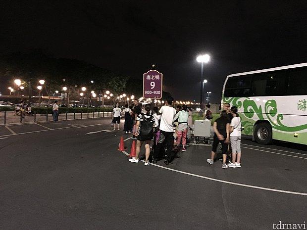 900番台の看板では人がたくさん待っており、バスが来ると一目散に走っていきました