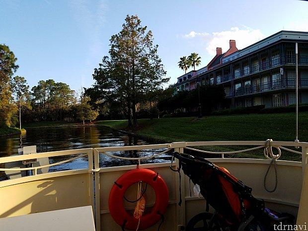 お昼からディズニースプリングスへ向かうボートがあるので便利です。