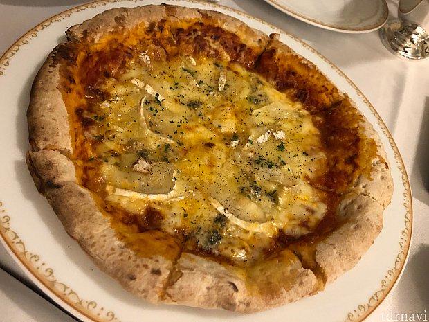 4種のチーズピザは、濃い味でビールが進みます♪♪