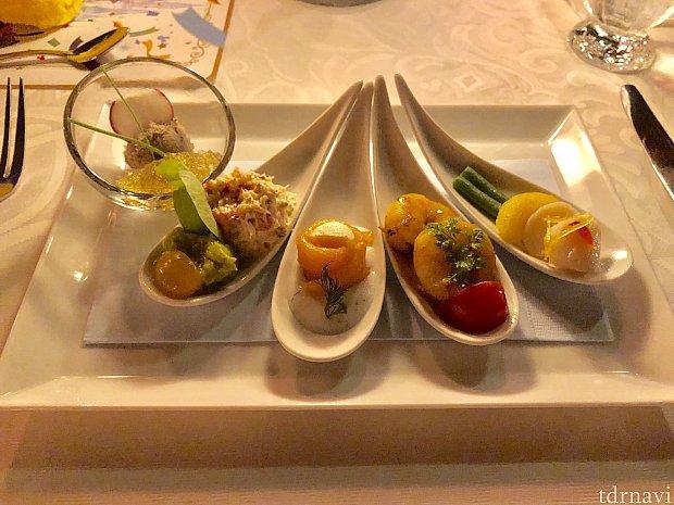 オードブル ビーフのムースとコンソメジュレ ズワイ蟹とアボカドディップ パルミットのサーモンロール ケイジャンシュリンプ 帆立貝のマリネ になります。
