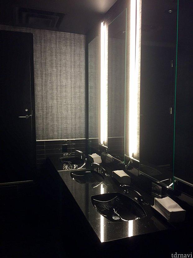 レストランのお手洗いはレストランのインテリアと同様に素敵でした。