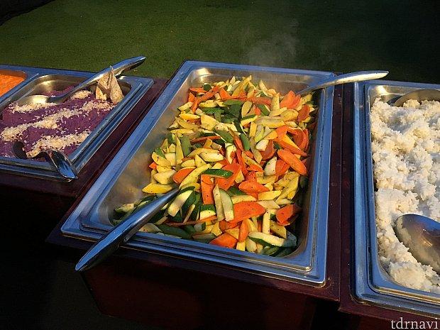 野菜炒め?紫のがタロ芋のマッシュポテト風(紫芋みたいさつま芋のような味)右に見切れてるのは白米(不味そう)