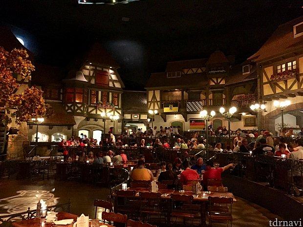 日曜日のエプコットのドイツ館のビアガーデンレストランも、赤いTシャツグループが沢山いました。