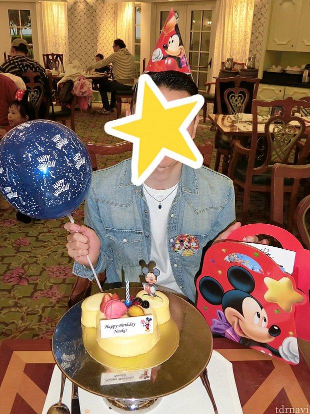 風船と帽子です☆帽子は明らかにお子様サイズ!!笑ゴムがついてるので無理やり被ってもらったら小人みたいになりました!笑
