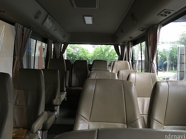 パークへのバスとは異なり、空港行きバスはマイクロバス。20人ぐらい乗れるのかな?