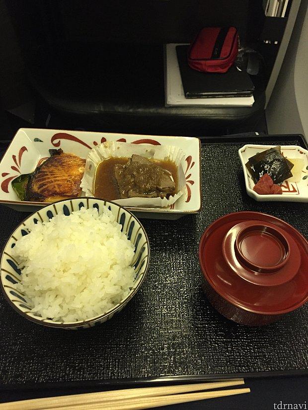 行きの機内食、メイン。肉がちょっと硬かった。