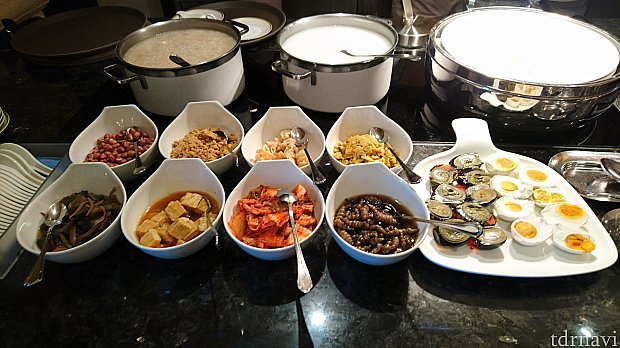 お粥は2種類!右奥が優しいお味のノーマル、左奥がお肉の出汁のお粥です。トッピングの種類が豊富で、特に搾菜が個人的にすごく美味しかったです。