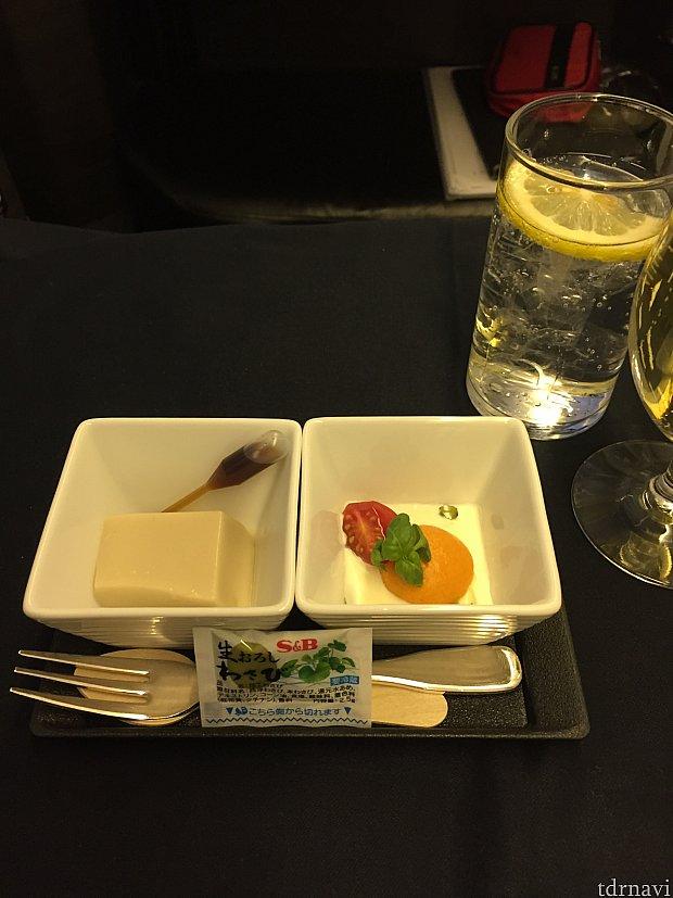 行きの機内食、付け出し。気分はフランス。シャンパンとペリエを注文。