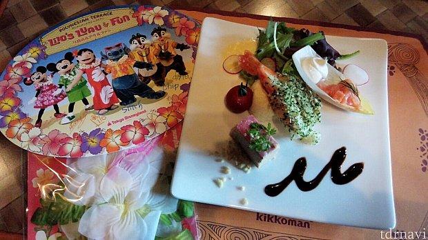 前菜のプレートとお土産のサイン入りカードとお花のクメエです。前菜は、ガーリックシュリンプ、ポークパテ、サーモントラウトマリネ、ポテトサラダ
