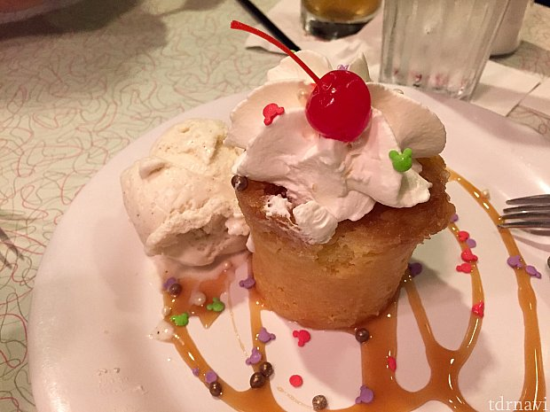 デザートはオススメされた 「50s pineapple upside down cake」甘いんですが、少しお酒が効いている感じで美味しかったです。個人的には好きでしたが、日本人の方には結構甘いかもしれません。ミッキーのスプリンクルがかかっているのは見えますかね〜?