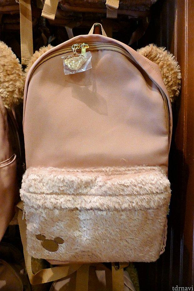ダッフィーのリュック(4,500円) ダッフィーの毛でない部分はナイロン素材なので、軽くて持ち運びに便利です。