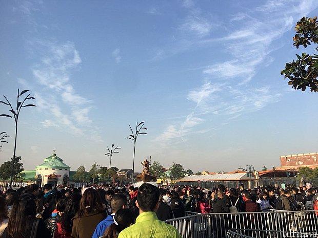 8時5分 並び始め。すでに多くの人が並んでいます。