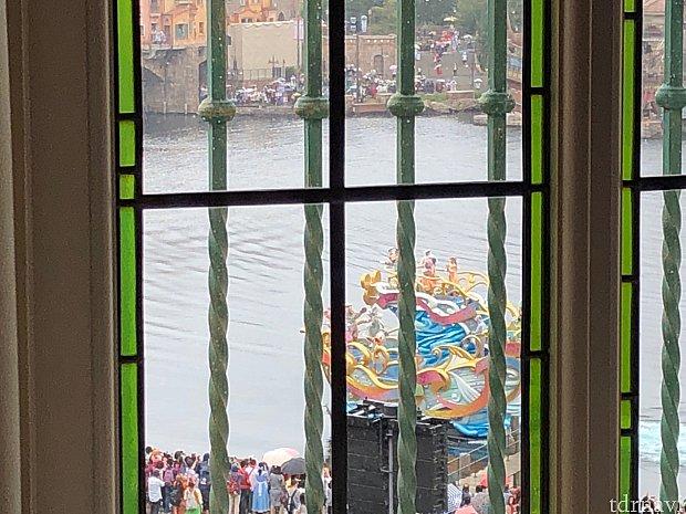 サローネ・デッラミーコからの景色 ※サローネのほとんどの窓ガラスが装飾されており、ショーが見にくい場合があります。