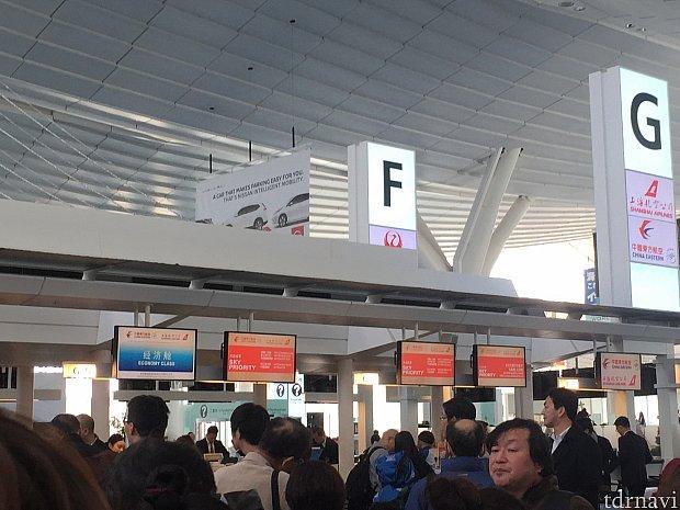 羽田空港のチェックインカウンターの様子。2時間半前からチェックインできました。