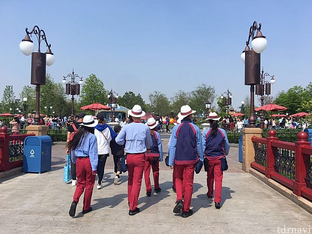 上海ディズニーでは人海戦術?なのか多くのキャストさんがパーク内で頑張っています。