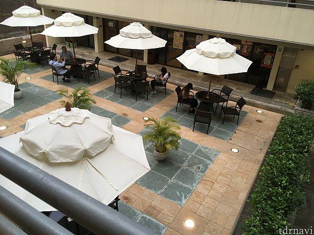 建物の裏にはこんなパラソルも!朝食を食べている人や夜はお酒を楽しむ人の姿がありました