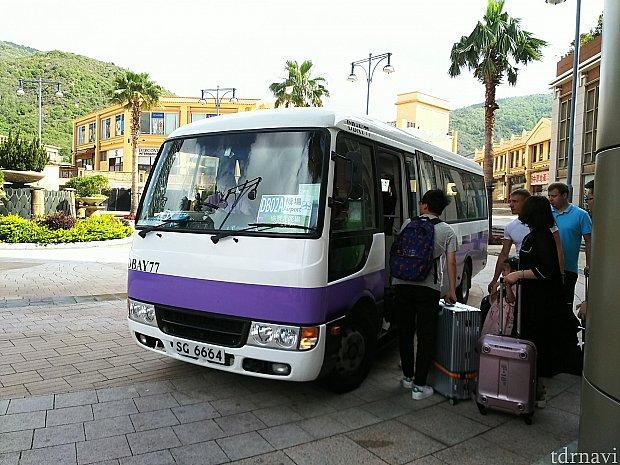 紫ラインの入ったミニバスが来ます。