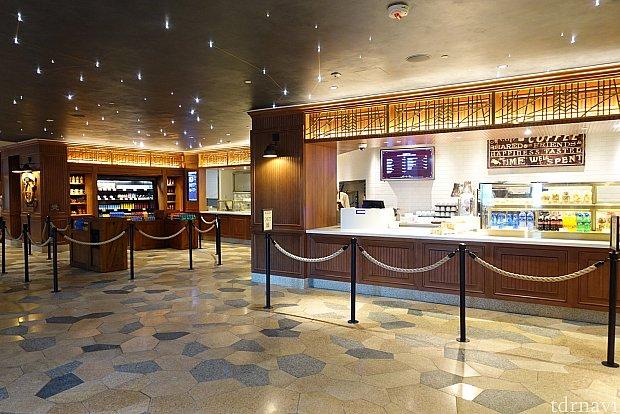 カウンターサービスのレストランです。天井は星座も描かれた満天の星空!