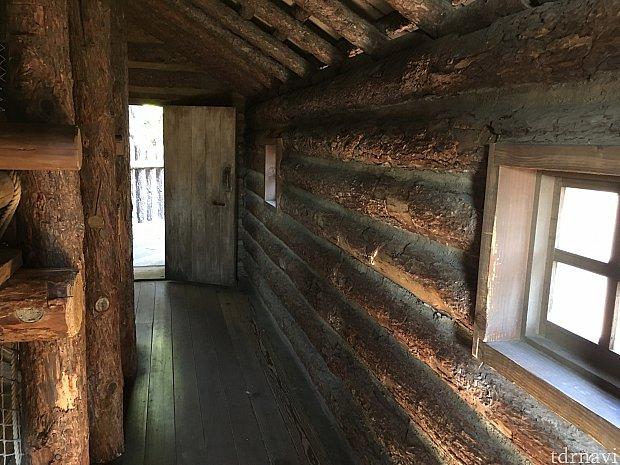 砦の2階は歩いて渡れます。途中に外が覗ける場所がたくさんあります。