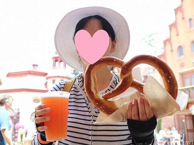 大好きなpretzelと両方持って大喜びの嫁。pretzelはかなり大きいので、これだけでお腹一杯になります。