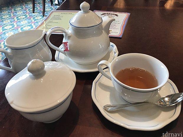 ポットの紅茶。キャストさんが注いでくれます
