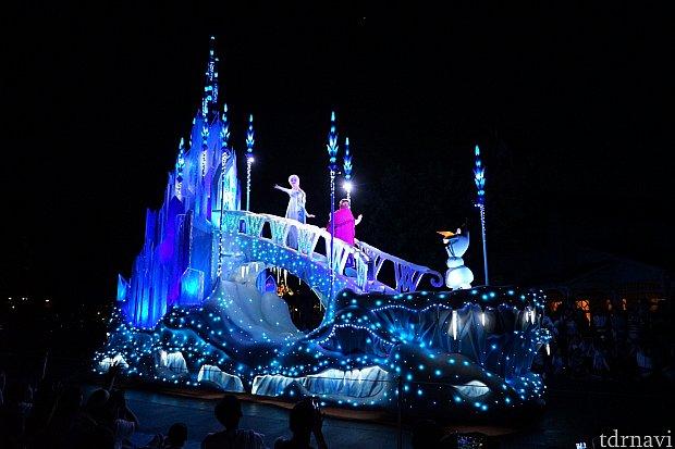 そして、最後にアナと雪の女王のフロート!アナハイムの「ペイント・ザ・ナイト」と違ったデザインでした!