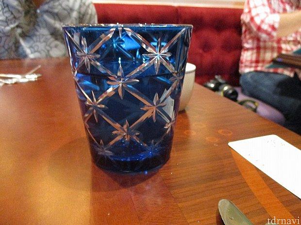 男性には青い切子コップで温かい水がサーブ