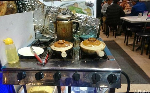 地元のおっちゃん達で賑わう食堂で、こんな土鍋ご飯はいかが? 出来立て熱々に甘醬油をかけ、よくかき回していただきます😋 小さな食堂でも英語が通じる有り難さ!さすが香港!