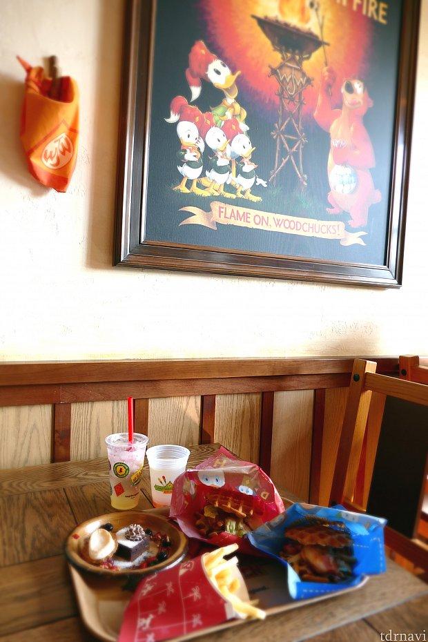 テーブル席と各種メニュー