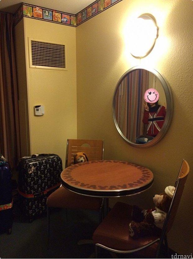 部屋には鏡と机もあります。
