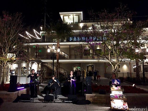 レストランの前ではミュージシャンたちがパフォーマンスを披露していました。