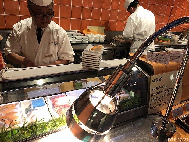 寿司はその場で握ってくれます! 天ぷらも注文してから作ってくれます。